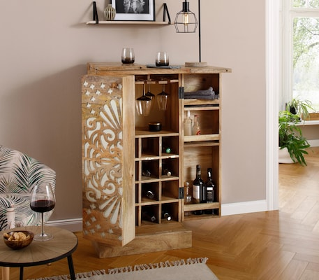 Barschrank innen mit Fächern für Weinflaschen