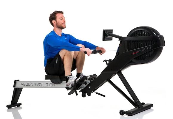 Mann trainiert auf Rudergerät