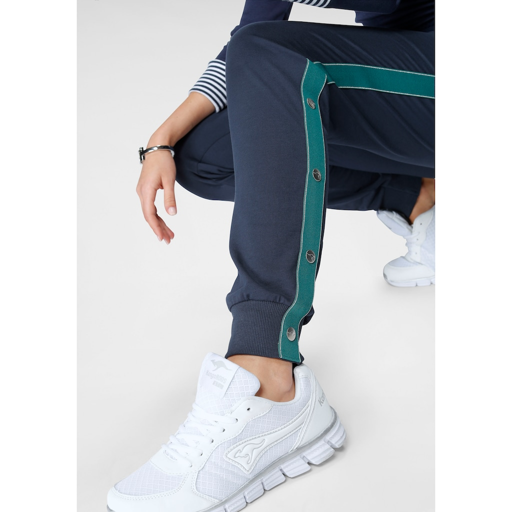 KangaROOS Sweathose, mit Streifen und Zier-Logo-Knöpfen seitlich