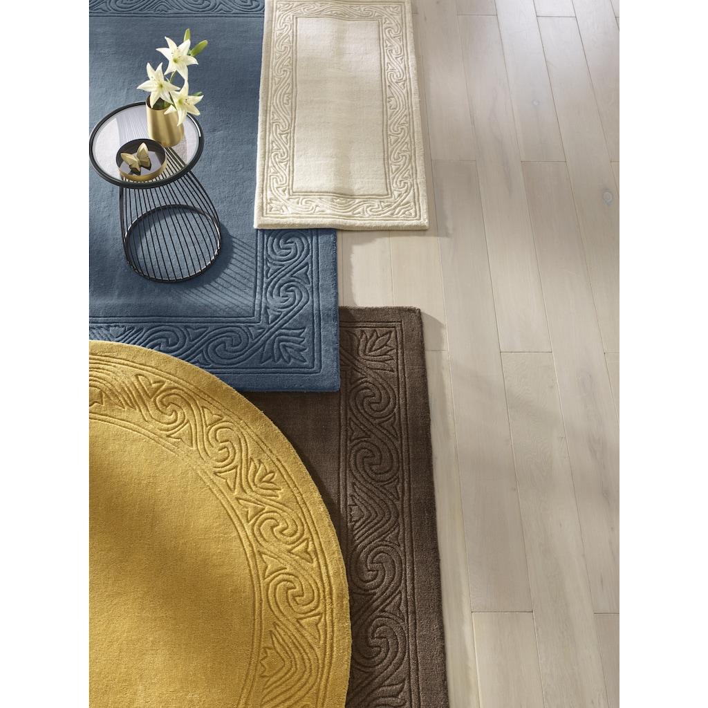 Beistelltisch in dekorativ geschwungener Form