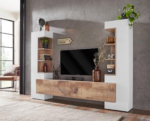 TV-Wand in Weiß und mit Holzelementen