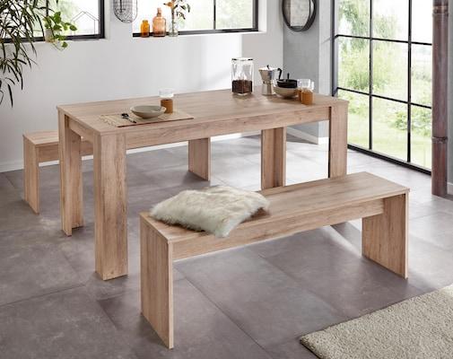 Essgruppe aus hellem Holz mit zwei Sitzbänken