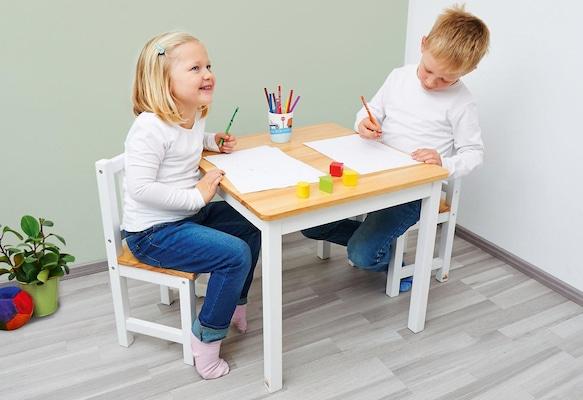 Kinderstühle in Weiß mit Kindertisch