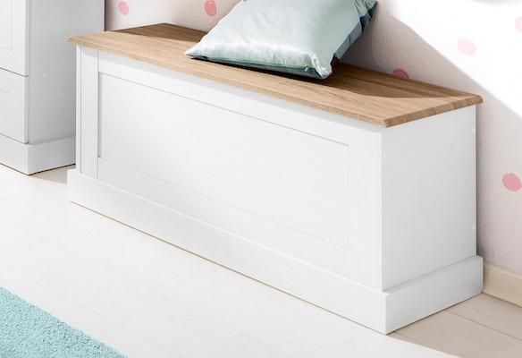 weiße Holzbank im Landhausstil