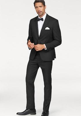 männliches Model trägt schwarzen Anzug