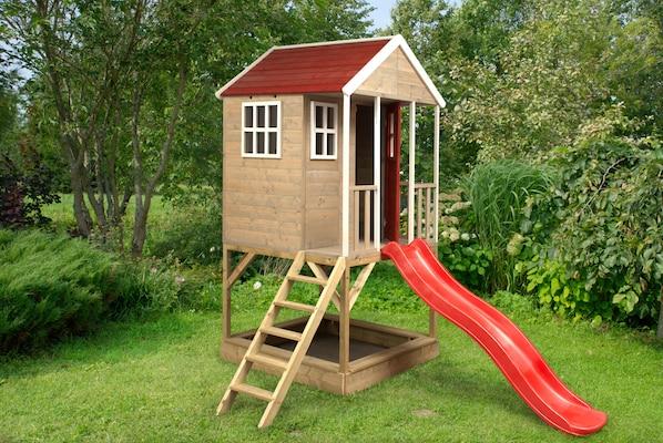 Spielhaus aus Holz mit Rutsche
