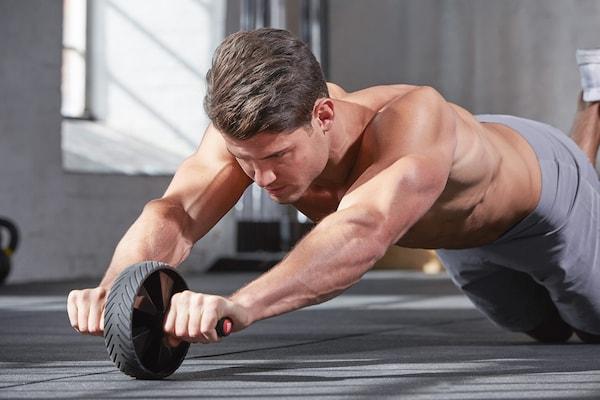 Mann beim Bauchmuskeltraining