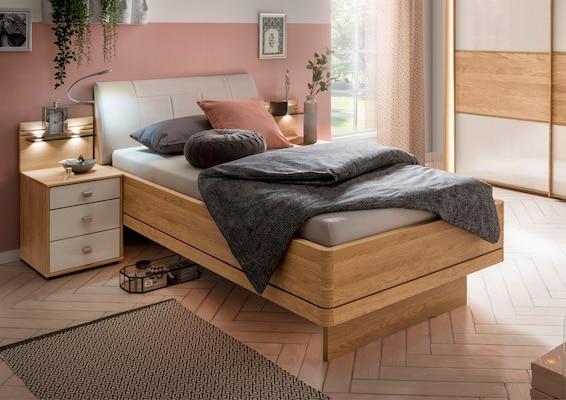 Seniorenbett aus hellem Holz